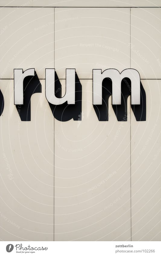 Kulturfo Rum Typographie Beschriftung Kulturforum Berlin Detailaufnahme Buchstaben Schriftzeichen Kunst Alkohol Schatten baukörper scharoun Architektur