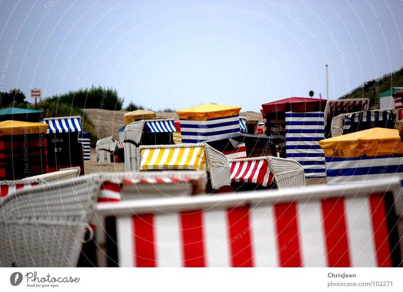 Strandkoerbe Himmel Meer blau Sommer Ferien & Urlaub & Reisen ruhig Einsamkeit Farbe Erholung Küste Langeweile Stranddüne Strandkorb Korb Zelt