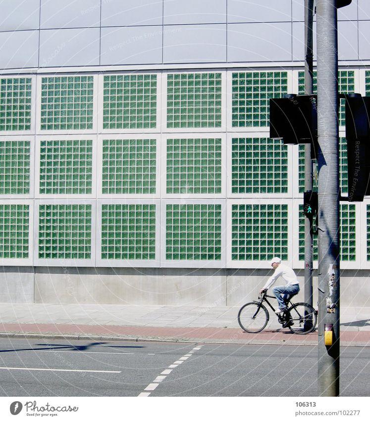 THE RAD LIGHT Mann alt Stadt grün rot Wolken Straße Fenster Architektur Gebäude Lampe Linie Beleuchtung Fahrrad Glas geschlossen