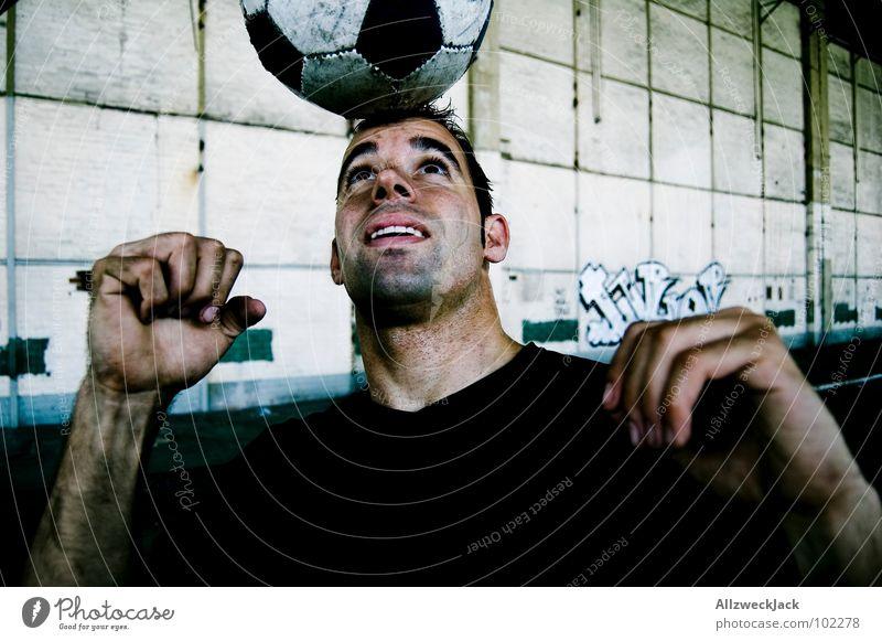 Goldkopf strikes back Mann Sport Spielen Zufriedenheit Fußball dreckig ästhetisch Ball Leder Gleichgewicht Anmut Fußballer Weltmeisterschaft Schweiß Ballsport Kopfball