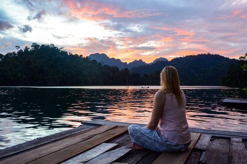 500 - Innere Ruhe Mensch Natur Ferien & Urlaub & Reisen Jugendliche Pflanze Wasser Sommer Junge Frau Erholung Landschaft ruhig Ferne feminin See Horizont