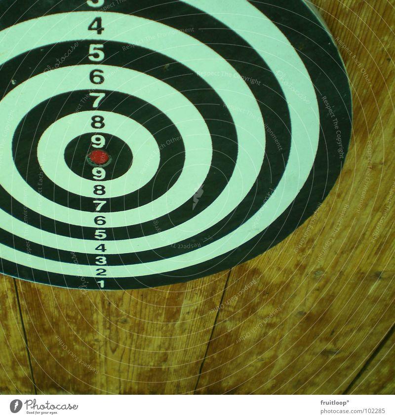 treffSICHER? Holz schwer Zielscheibe schwarz rot Kreis rund dunkel weiß hypnotisch einschläfernd Erreichen Geschwindigkeit Aggression Darts Dartpfeil