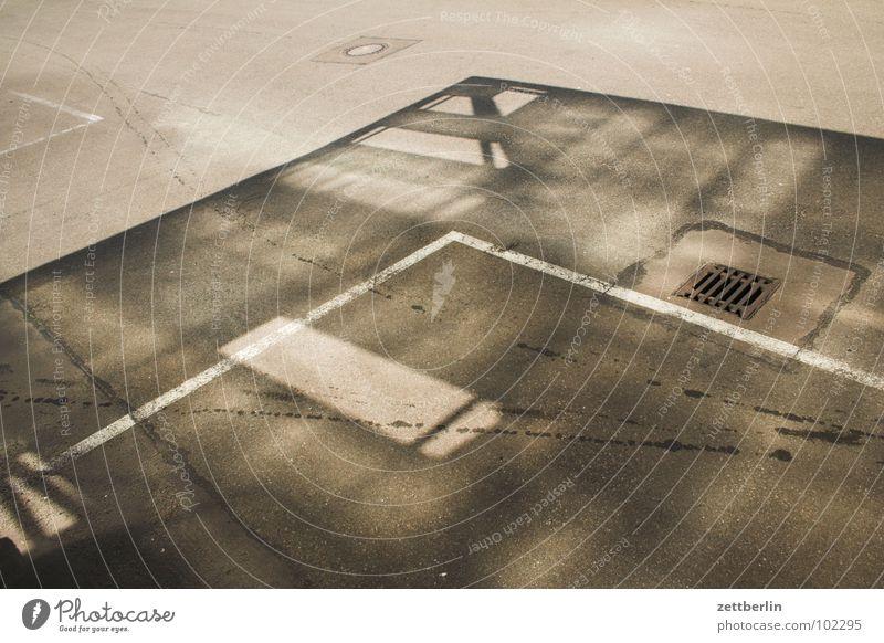 Dachschatten Glasdach Asphalt leer 8 Beton Parkplatz Gully Detailaufnahme Schatten Geister u. Gespenster Loch Lücke Strukturen & Formen