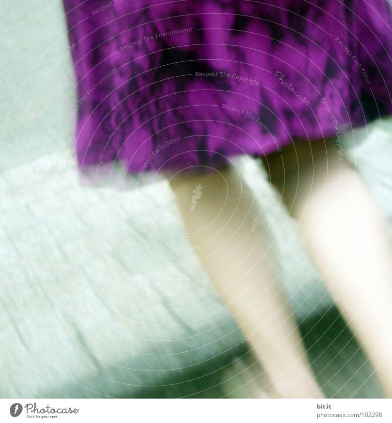 JETZT ABER LOS violett Sommer schick Frau springen hüpfen Geschwindigkeit fein schön Knie Fröhlichkeit Kleid Laufsport Kino Verabredung gefährlich Vertrauen