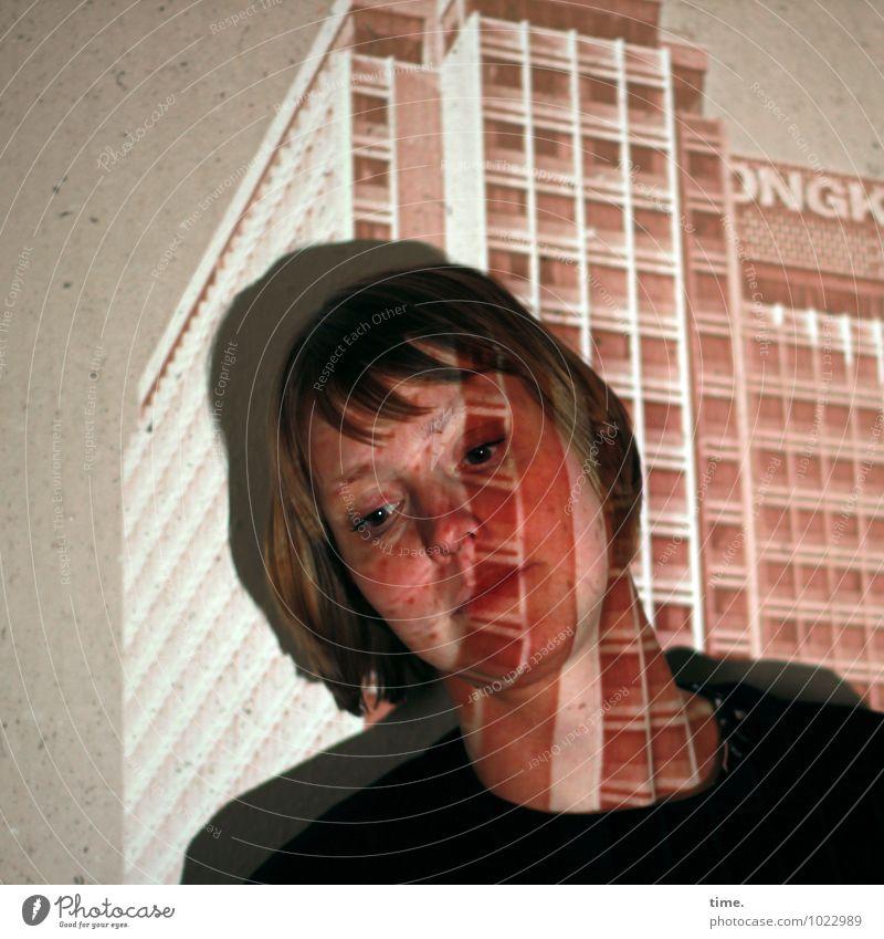 Lichter der Großstadt Tapete feminin Frau Erwachsene 1 Mensch Skulptur Lichtkunst Medien Hochhaus Mauer Wand Fassade Pullover blond kurzhaarig Denken Blick