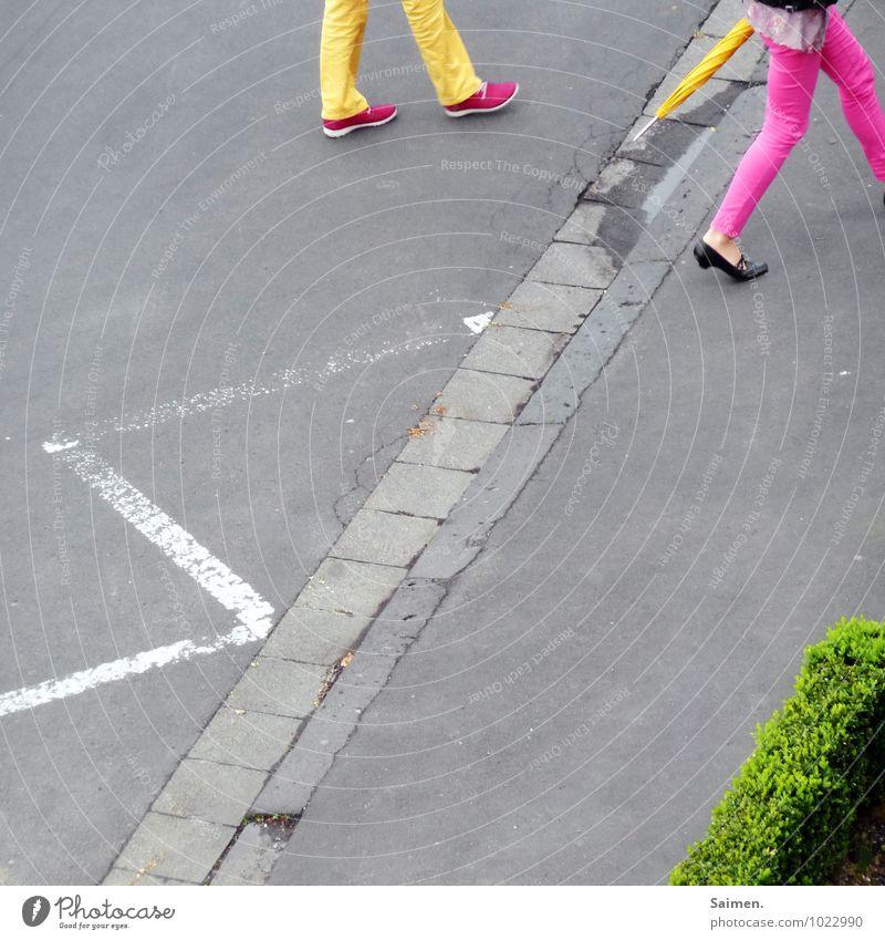 urbanes farbspiel Mensch Junge Frau Jugendliche Beine 2 18-30 Jahre Erwachsene Straße Mode Bekleidung Hose gehen ästhetisch außergewöhnlich feminin gelb grün