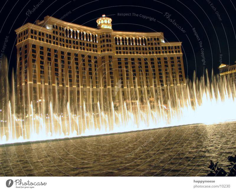 Wasserspiele See Gebäude USA Hotel erleuchten Lichtspiel Spielkasino Nevada Nachtaufnahme Springbrunnen Wasserfontäne Las Vegas Bellagio