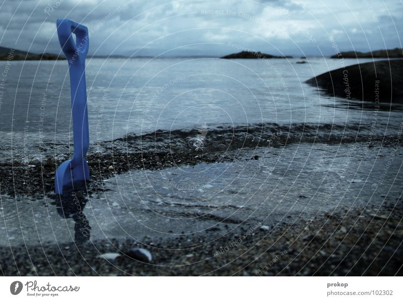 Aussichtslos Schaufel Kies Strand Küste Oslo Norwegen Wolken See Meer Meerwasser Muschel Spielen Tiefdruckgebiet Spielzeug Einsamkeit vergessen Wellen Müdigkeit