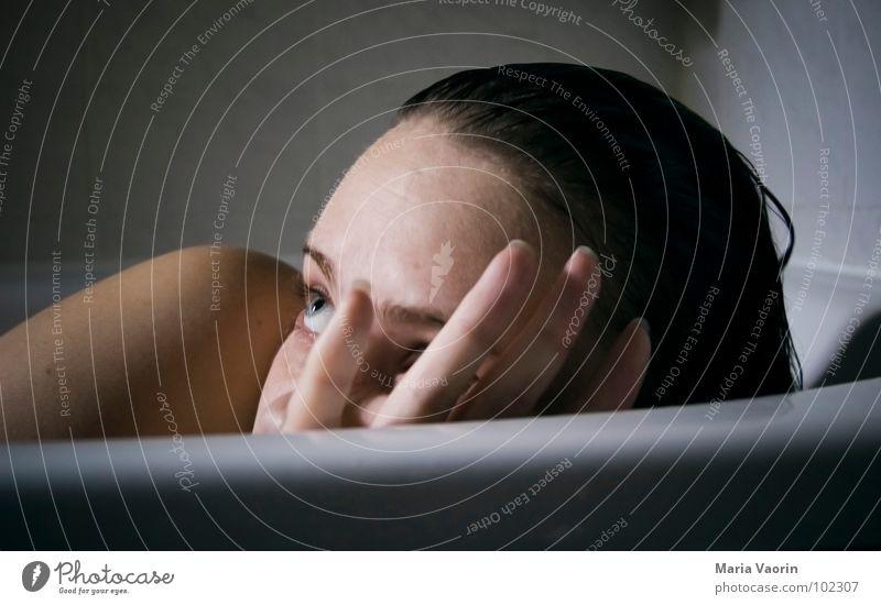 glotz nich so! Frau Selbstportrait Badewanne spannen Voyeurismus Luke Schulter Sommersprossen blamabel Angst Panik Wasser Schwimmen & Baden Gesicht Blick