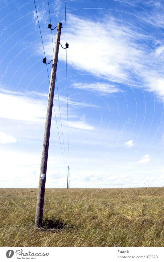 Strom übers Land Himmel Sommer Wolken Ferne Graffiti hell Feld Elektrizität Amerika Strommast