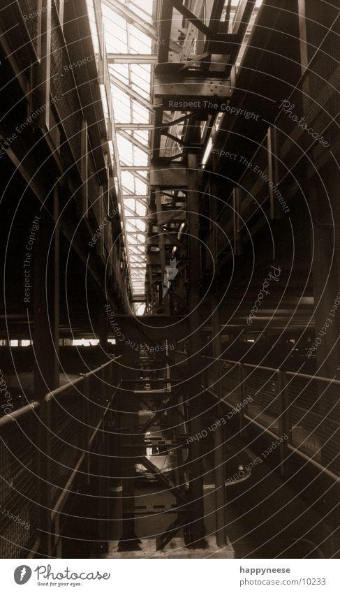 die flucht Metall Architektur Flucht Ruhrgebiet Fabrikhalle Stahlträger Oberlicht