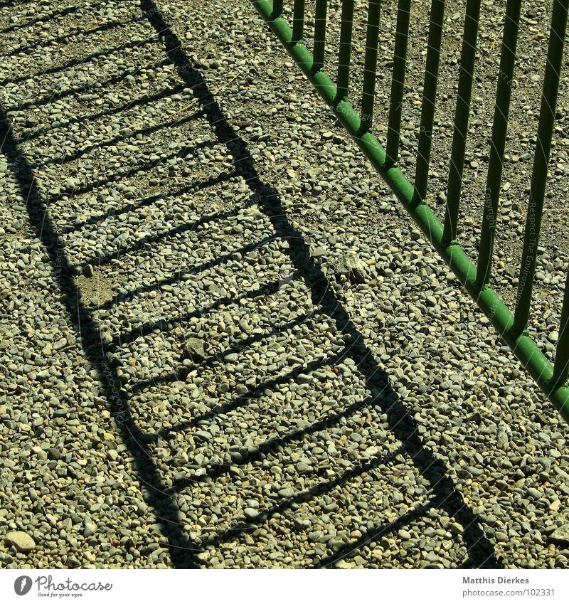 GEOMETRIE Gitter grün Kies Barriere schließen geschlossen Verbote Sommer wandern Wiese Tier Vieh diagonal Vorsicht gefährlich Wachsamkeit Schlüssel Allgäu