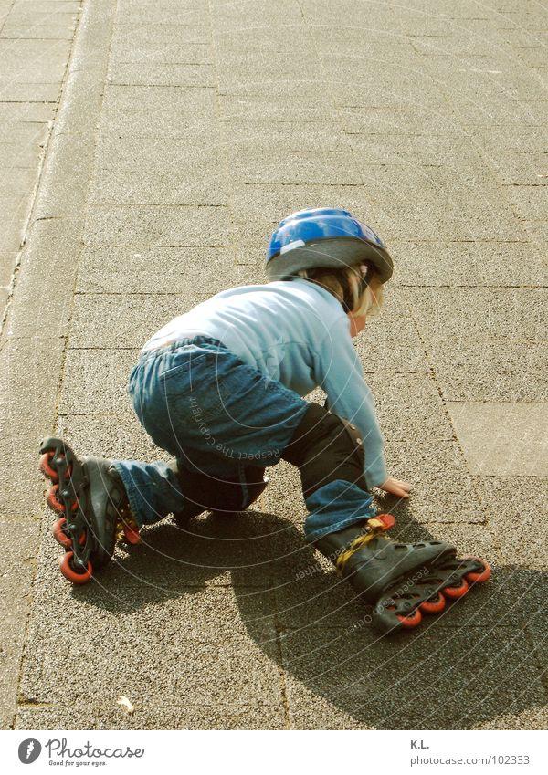blade b Kind Freude Straße Spielen Aktion lernen fallen Bürgersteig Wut Momentaufnahme Am Rand Motivation schwer Inline Skating üben Helm