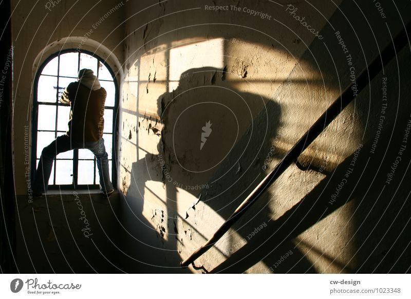 Ausbrechender Einbrecher Mensch maskulin Junger Mann Jugendliche Erwachsene Leben 1 18-30 Jahre 30-45 Jahre Haus Ruine Mauer Wand Fenster hängen alt bedrohlich