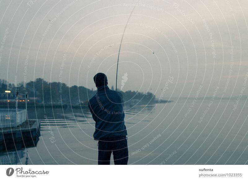 Entspannung Freizeit & Hobby Angeln Ferien & Urlaub & Reisen Freiheit 1 Mensch Natur Wasser Herbst Seeufer Müritz Hafen Denken Erholung kalt Klischee