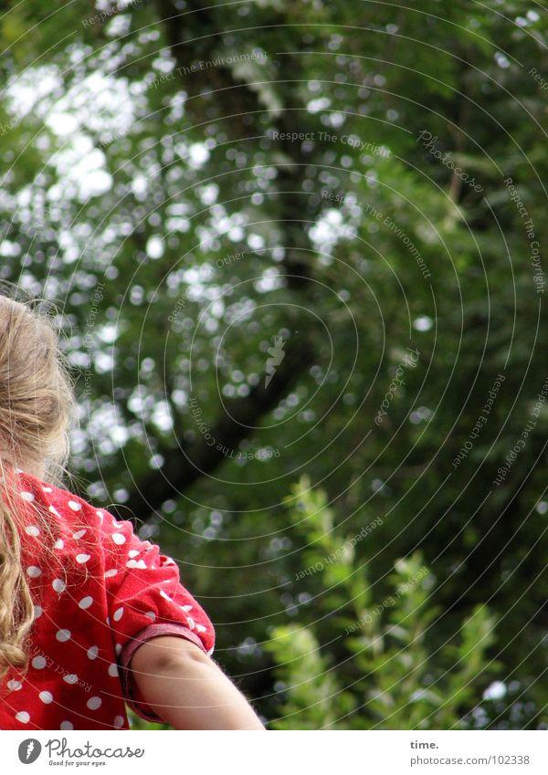 School's out - endlich Ferien! Kind Mädchen Baum grün Sommer Ferien & Urlaub & Reisen Wald blond Rücken Sträucher Freizeit & Hobby Ast Punkt Wut Hemd Ärger