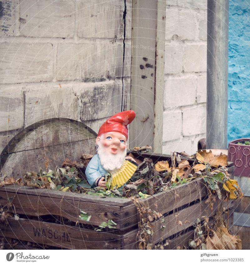 da sitz' ich nun... Mensch Mann alt blau rot Mauer Garten Deutschland maskulin Dekoration & Verzierung Idylle stehen Vergangenheit Männlicher Senior Kitsch