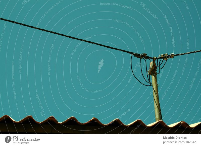 CONNECTING PEOPLE II Verbundenheit Elektrizität Strommast Holz Holzstab grün gefährlich dezent ausbreiten ausgestreckt Quadrat Qualität Lebensqualität Dach