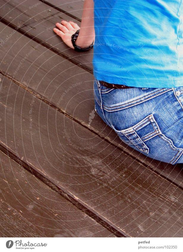 Ich II T-Shirt Hose Bekleidung braun grün weiß Holz träumen Mensch Freizeit & Hobby Wiese Knie Erfinden schwarz Hand Hosentasche Gürtel Finger Frau Jeanshose