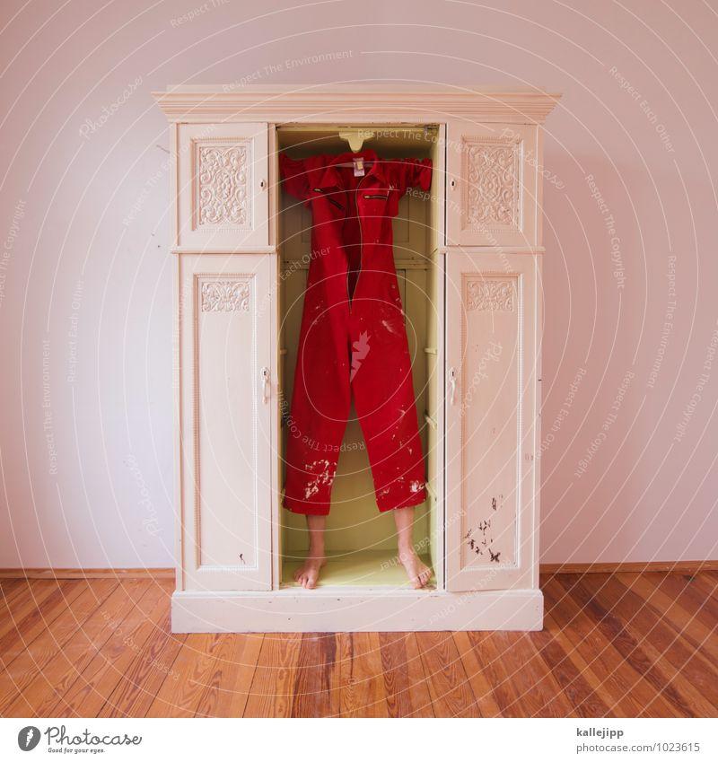 liebhaber im schrank Mensch Mann rot Erwachsene Beine Fuß Arbeit & Erwerbstätigkeit maskulin stehen Möbel Beruf verstecken Handwerk skurril Handwerker Versteck