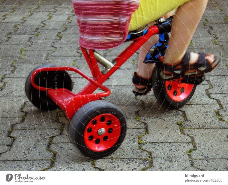 Watch The Children Play °°° Kind Spielen Dreirad fahren rot treten Sandale stehen strampeln Hose Hemd gelb Schuhe Sommer Erfolg bycicle Sitzgelegenheit sitzen