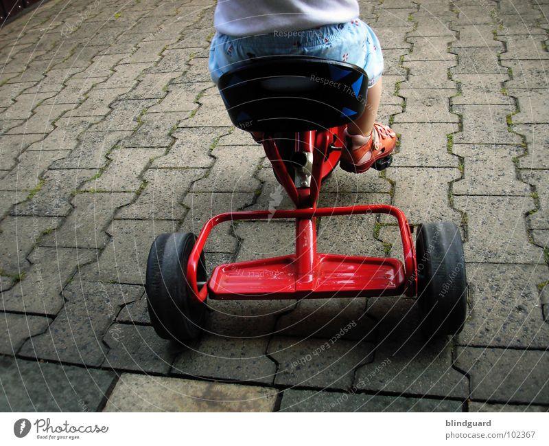 Watch The Children Play ° Kind blau rot Sommer Freude gelb Spielen Stein Beine Fuß Schuhe sitzen stehen Bodenbelag fahren Hose