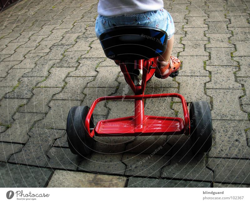 Watch The Children Play ° Kind Spielen Dreirad fahren rot treten Sandale stehen strampeln Hose Hemd gelb Schuhe Sommer Freude bycicle Sitzgelegenheit sitzen Rad