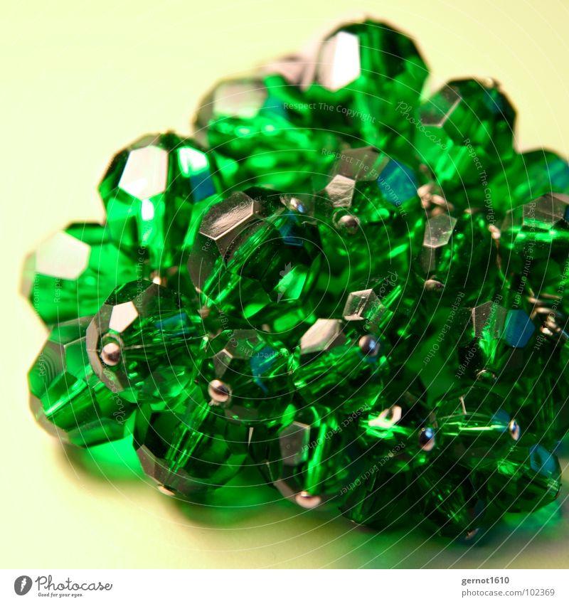 Grün1 grün Schmuck Edelstein Diamant Licht Kunst Kunsthandwerk Makroaufnahme Nahaufnahme Detailaufnahme Kristallstrukturen Perle Glas Facette Stein
