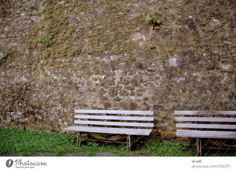 Die Mauer muss weg alt Einsamkeit grau Mauer leer Rasen Bank verfallen