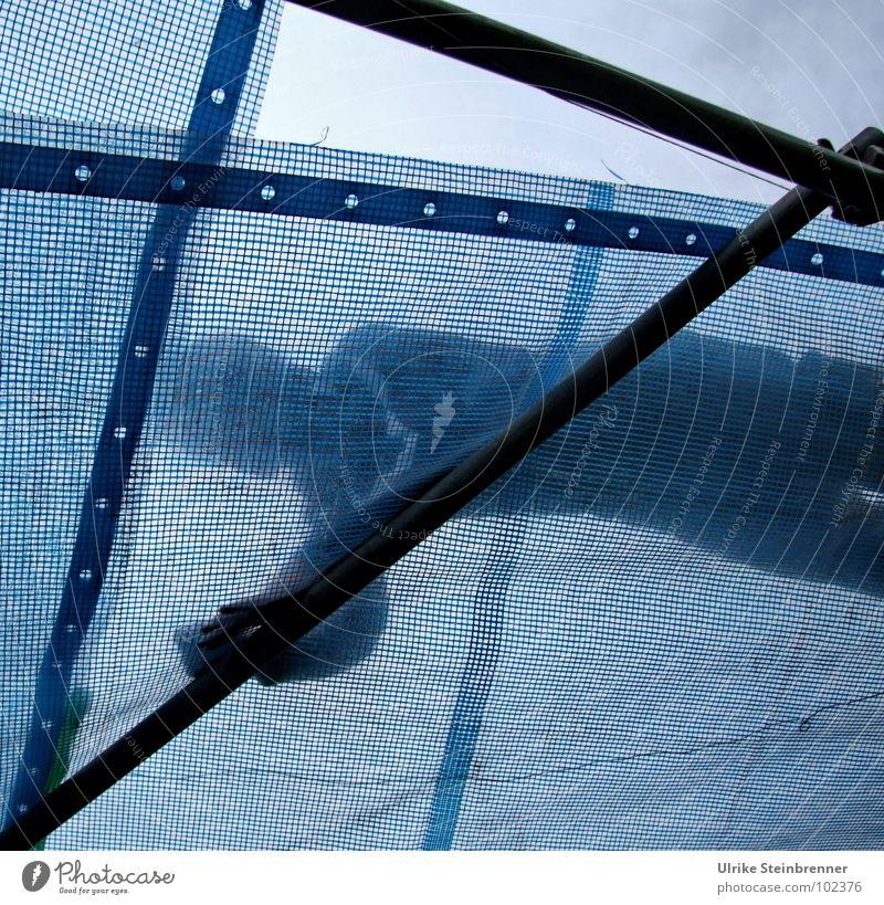 Open Air Mensch blau Arbeit & Erwerbstätigkeit liegen maskulin Sicherheit Dach Konzert Veranstaltung Abdeckung Zelt Befestigung schrauben Jugendkultur Schutzdach befestigen