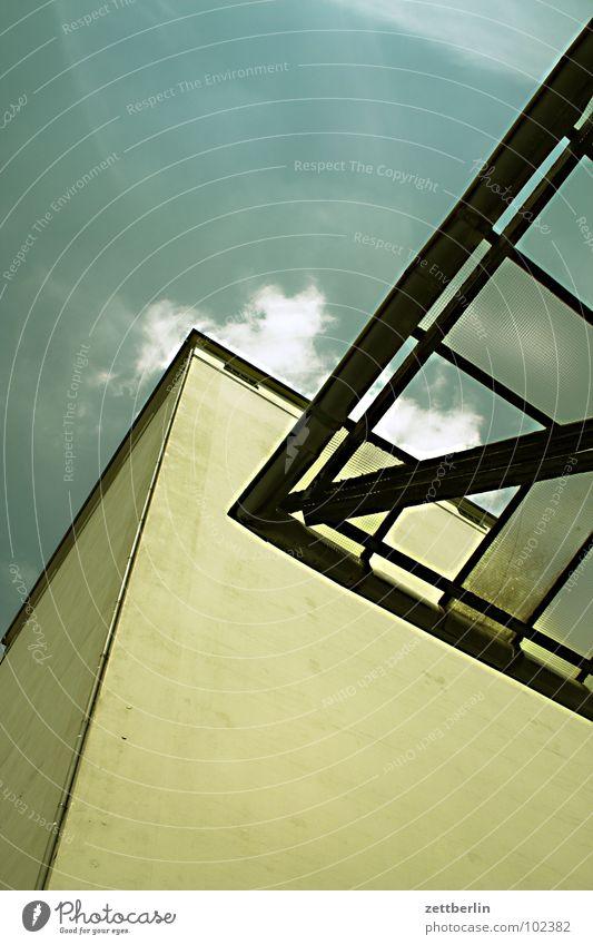 Haus und Dach Glasdach Lagerhaus Wand Mauer vertikal aufstrebend Froschperspektive Wolken Architektur Himmel Gebäude Glätte