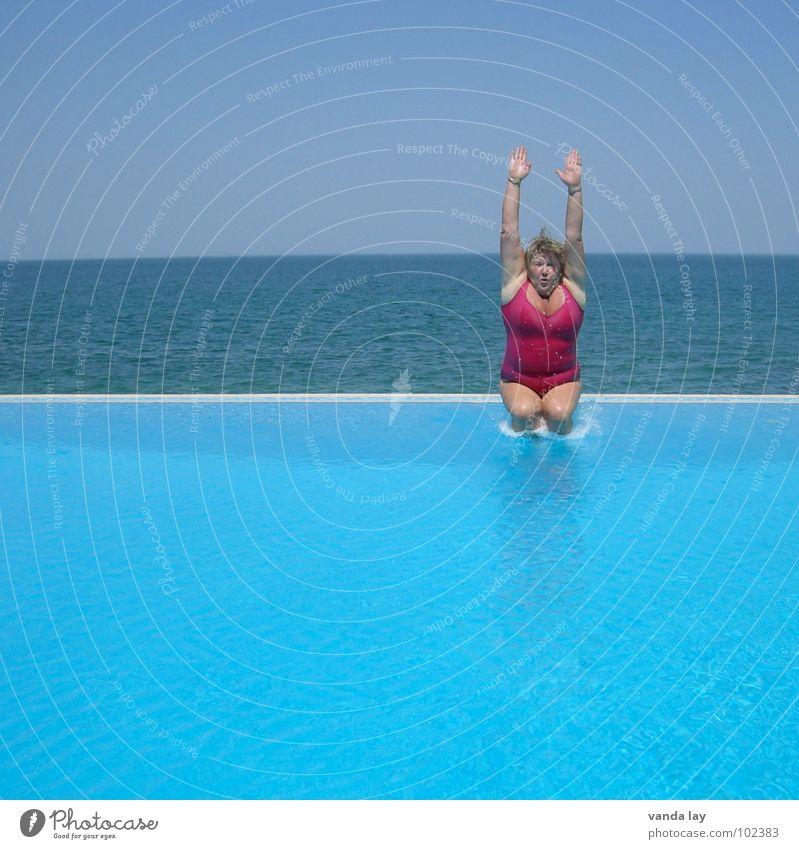 Kerze halb gestreckt Sommer Schwimmbad Ferien & Urlaub & Reisen Meer Badeanzug rosa springen dick Frau Kühlung Freibad himmelblau Horizont Freude Sport Spielen