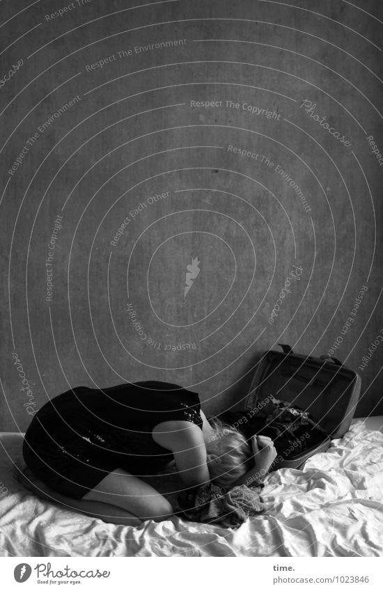 . Bett Raum Bettlaken feminin Junge Frau Jugendliche 1 Mensch Mauer Wand Kleid Koffer blond Zopf sitzen Gefühle Traurigkeit Sorge Trauer Liebeskummer Schmerz