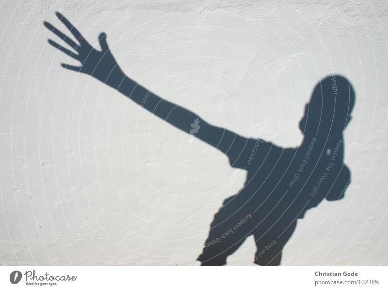 Go-Go-Gadgetto-Arm winken Fotografie Arme Schatten Selbstportrait weiß schwarz Mauer Spanien Wand Gebäude Andalusien Cadiz Finger Hand ausgestreckt T-Shirt