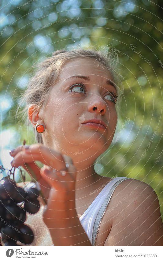 natürlich   ess ich die ... Ferien & Urlaub & Reisen Jugendliche Sommer Junge Frau Gesunde Ernährung Leben Traurigkeit feminin Feste & Feiern Frucht