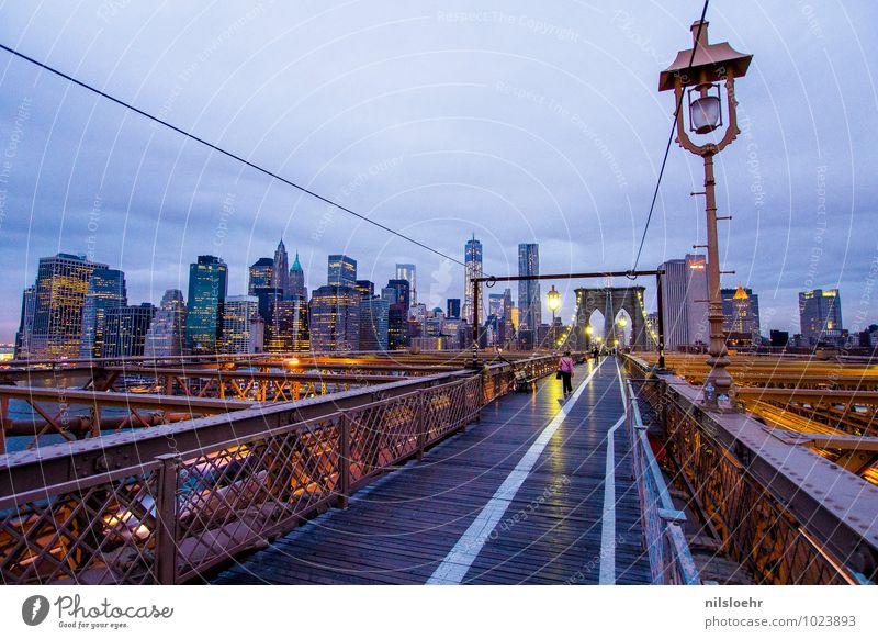 brooklyn bridge sky Himmel Wolken New York City Stadt Brücke Fußgänger Wege & Pfade leuchten blau gold grau Farbfoto Außenaufnahme Morgen