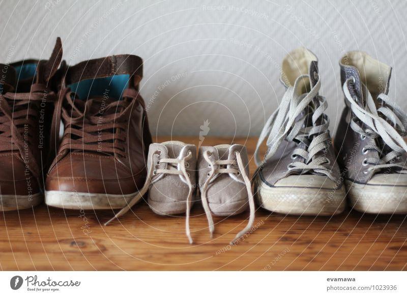 we are family blau weiß Erwachsene Liebe klein braun Zusammensein Familie & Verwandtschaft Wohnung Häusliches Leben Kindheit Schuhe Baby niedlich Zusammenhalt türkis