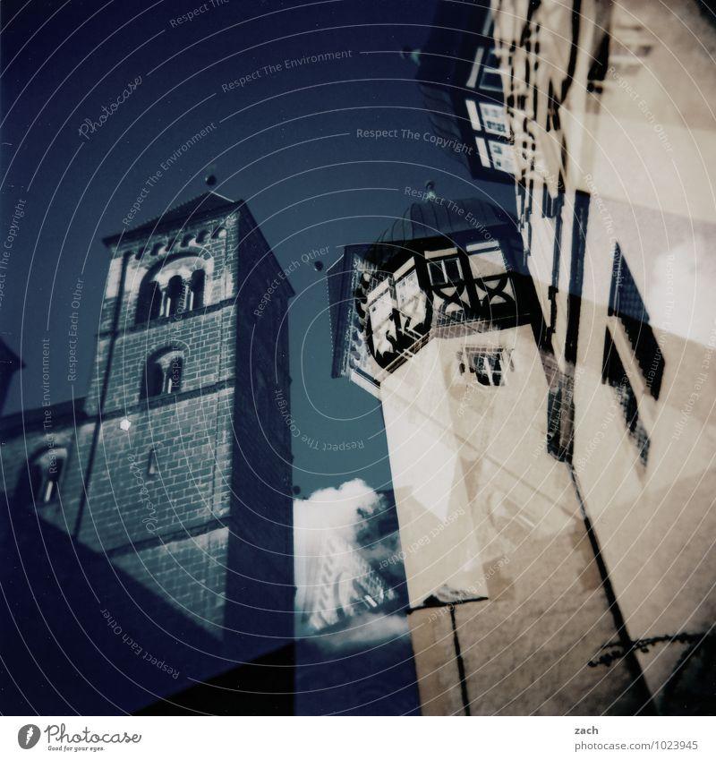 schwarzer Turm, weißer Turm blau Haus Fenster Wand Architektur Mauer Fassade Häusliches Leben Kirche Burg oder Schloss Bauwerk Kreuz Altstadt analog