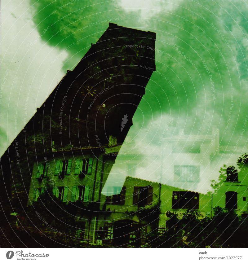 Umstürzversuch alt Pflanze grün Baum Haus dunkel Fenster Wand Architektur Mauer träumen Angst Häusliches Leben Sträucher Platz retro