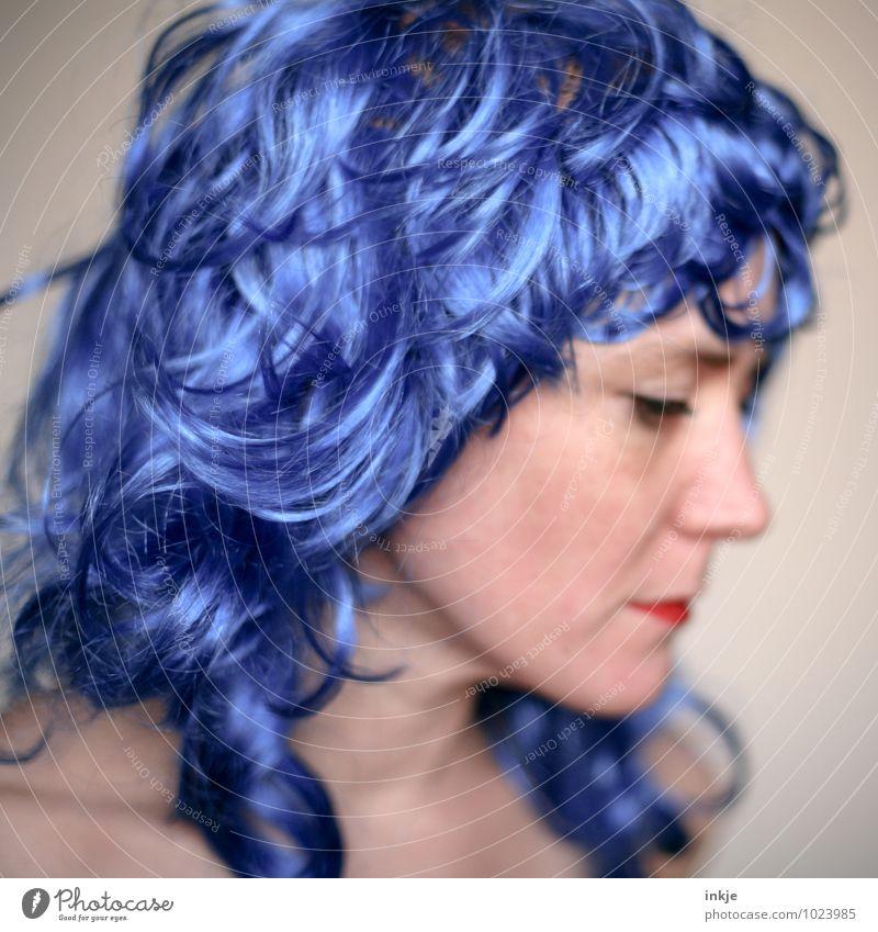 Blaue Welle Lifestyle Freude Freizeit & Hobby ausgehen Karneval Frau Erwachsene Leben Haare & Frisuren Gesicht 1 Mensch 30-45 Jahre langhaarig Locken Perücke