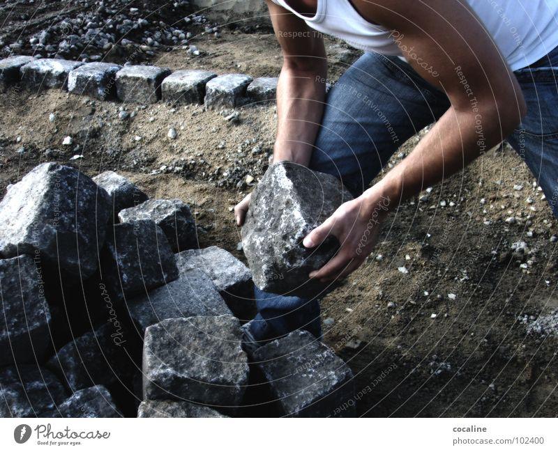 Stein auf Stein Mann Stein Arbeit & Erwerbstätigkeit Arme Baustelle Handwerk Muskulatur Bauarbeiter Arbeiter pflastern