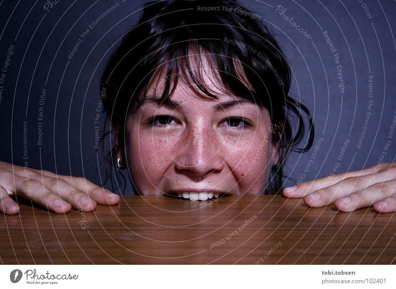 ...verbissen schwarz braun Holz Staub schwarzhaarig Hand Reflexion & Spiegelung spannen Zahnfleisch Ernährung Vegetarische Ernährung Tisch Frau Freude blau Seil
