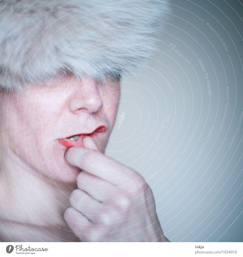 Portraitpose: neu interpretiert Lifestyle Stil schön Lippenstift Frau Erwachsene Leben Gesicht Mund Hand 1 Mensch 30-45 Jahre Mode Fell Mütze Kommunizieren