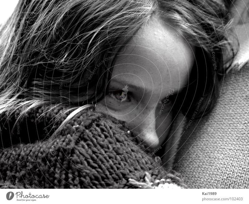 Traurige Erinnerung Kind Mädchen Auge Haare & Frisuren Traurigkeit Schwarzweißfoto Trauer süß Mensch Verzweiflung Pullover Geborgenheit weinen Tränen Kuscheln