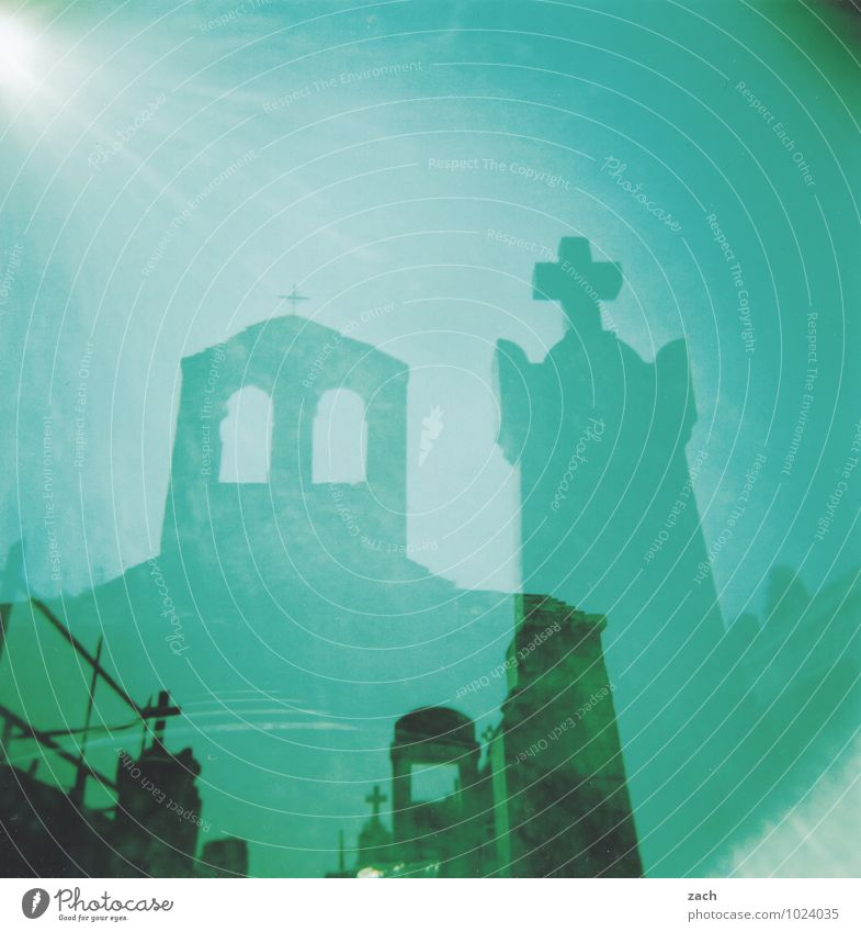 Ende Sonne Schönes Wetter Kirche Friedhof Kapelle Fenster Stein Zeichen Kreuz bedrohlich dunkel gruselig kaputt blau grün Traurigkeit Trauer Tod Angst