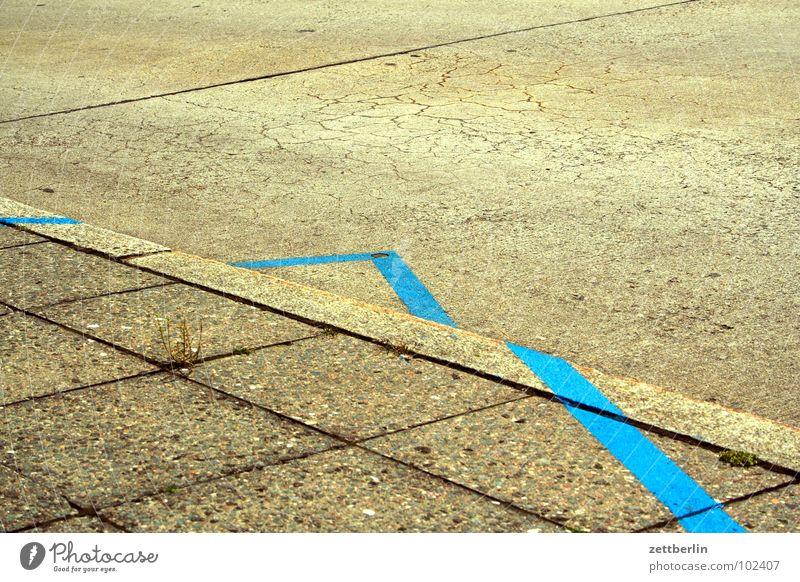 Blaue Linie blau Straße Schilder & Markierungen Kommunizieren Ecke Bodenbelag Bürgersteig zeigen Richtung Verkehrswege Fuge Bordsteinkante Bodenplatten Unsinn