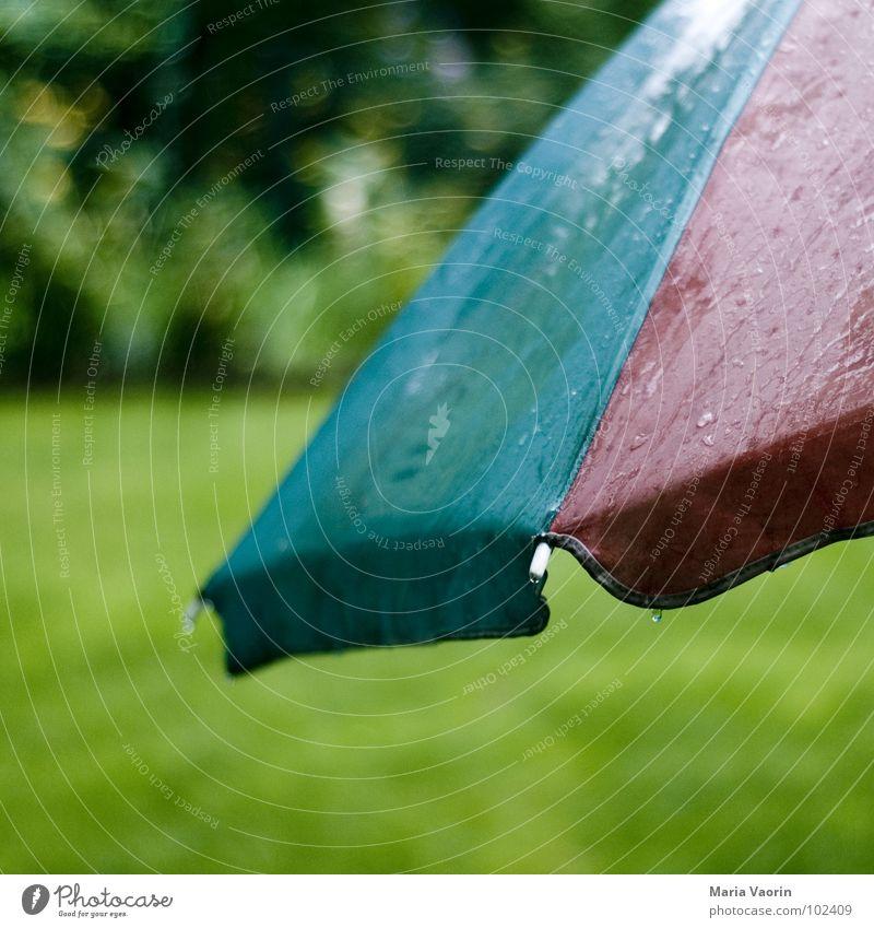 Allwetterschutz Sonnenschirm Regenschirm Donnern nass Wasser trüb schlechtes Wetter Unwetter feucht Sommer Herbst Unlust Gewitter Möbel Wassertropfen getropft