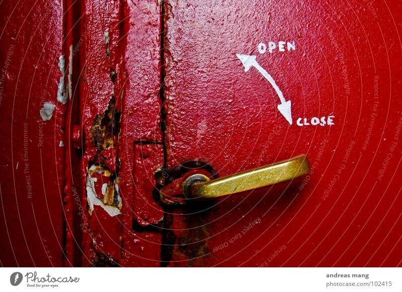 open <-> close Griff Norwegen rot schließen aufmachen kaputt geschlossen Rost Rust Detailaufnahme alt lindesnes Tür old handle closed Metall rusty Pfeil arrow