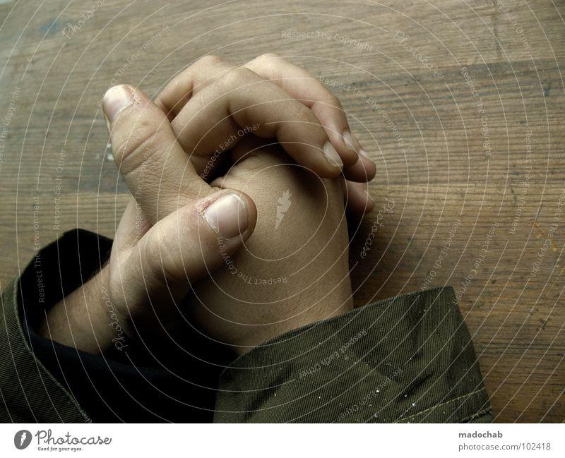 TISCHGEBET Mensch Mann Hand Traurigkeit Junge Religion & Glaube Denken maskulin Kraft Haut sitzen Lifestyle Kommunizieren Finger Tisch berühren