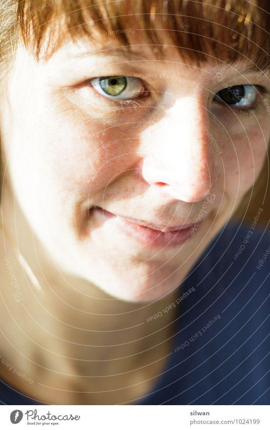 guckst du? feminin Junge Frau Jugendliche Gesicht Auge 1 Mensch 30-45 Jahre Erwachsene Lächeln Blick Glück schön modern positiv rebellisch braun grün weiß